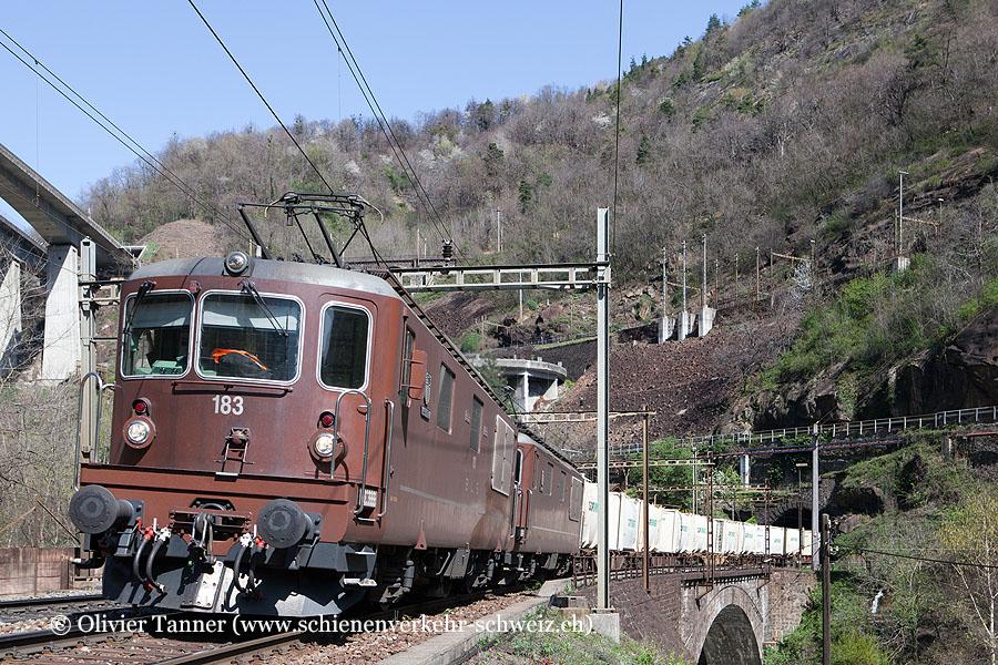 Re 4/4 183 und Re 4/4 181 sowie Re 485 006 und Re 485 013 als Bremsloks mit einem Transitgüterzug