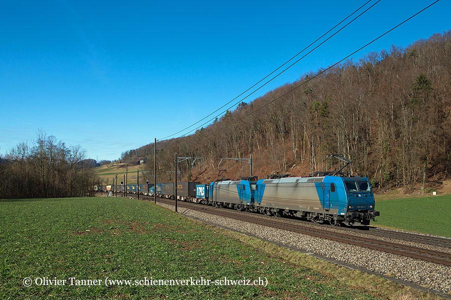 Br 185 535 und Br 185 536 mit einem Transitgüterzug