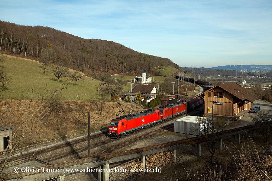 Br 185 126 und Br 185 128 mit einem Transitgüterzug