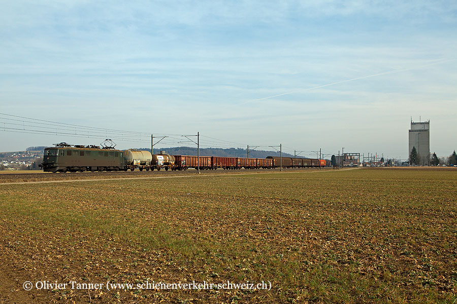 Ae 6/6 11495 mit einem Stückgüterzug