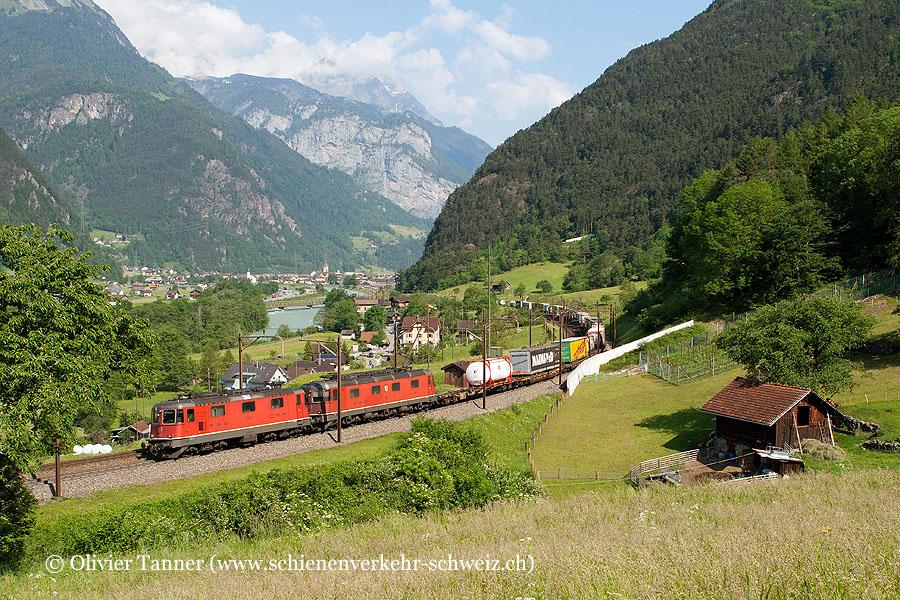 Re 4/4'' 11331 und Re 6/6 11673 mit einem Transitgüterzug