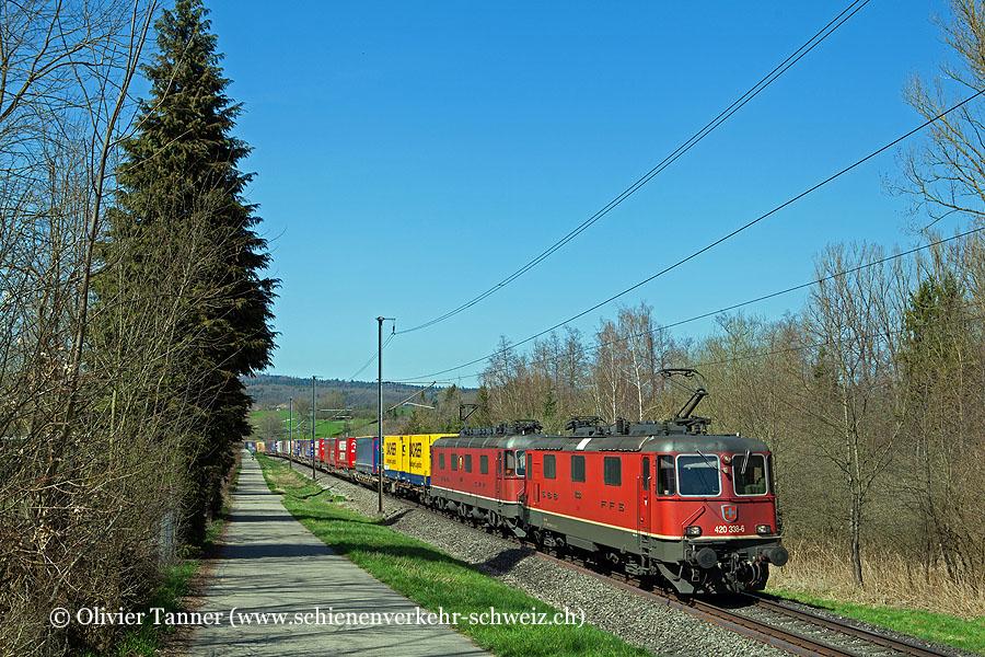Re 4/4'' 11338 und Re 6/6 11677 mit einem Transitgüterzug