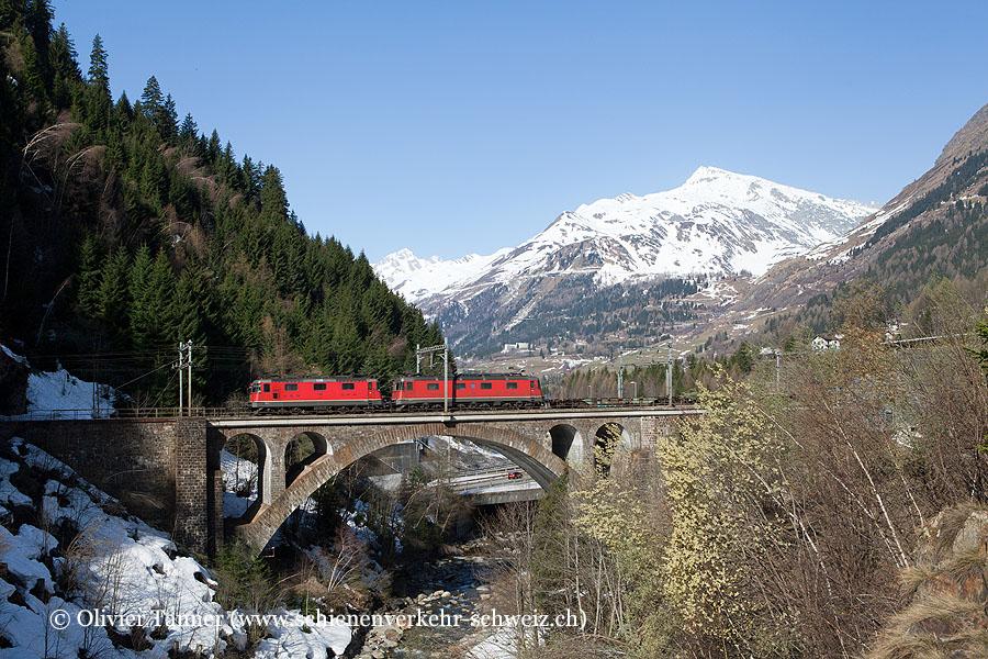 Re 4/4'' 11342, Re 6/6 11672 und Re 420 165 als Bremslok mit einem Transitgüterzug