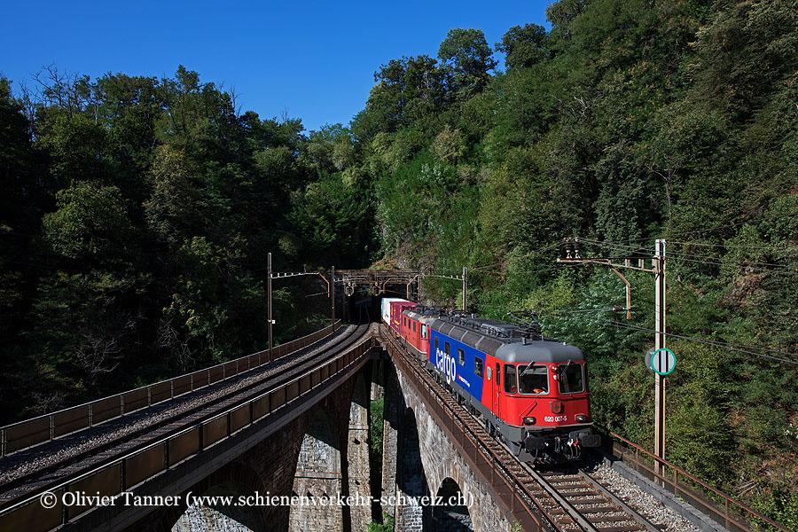 Re 620 007 und Re 4/4'' 11249 mit einem Transitgüterzug auf dem Piantorinoviadukt