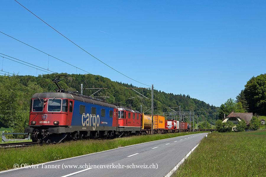 Re 620 086 und Re 4/4'' 11348 mit einem Transitgüterzug