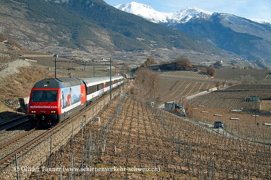 Re 460 036 ''MySwitzerland.com'' mit dem saisonalen Schneezug
