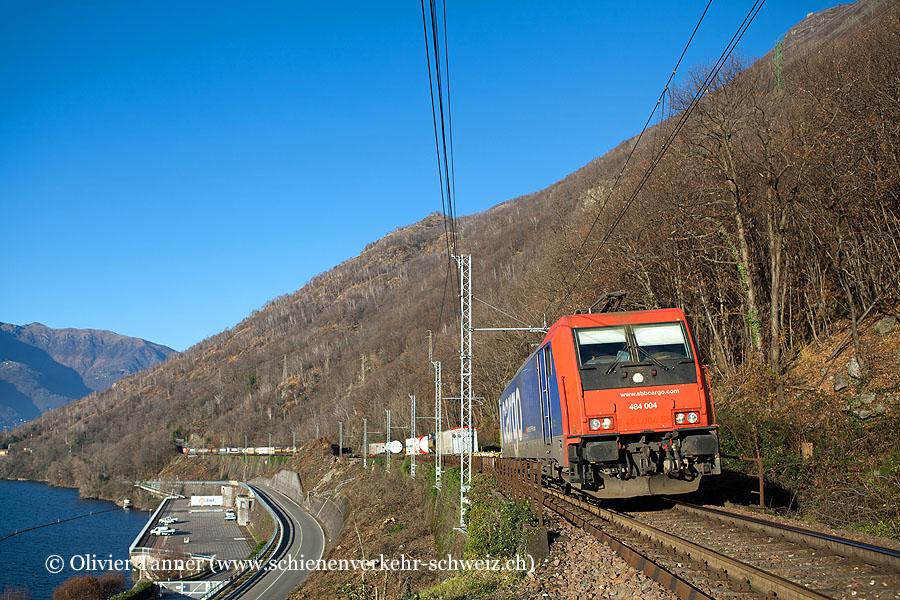 Re 484 004 mit einem Transitgüterzug