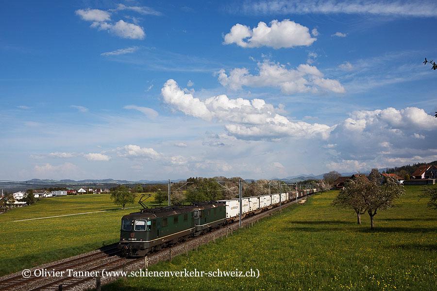 Die letzten beiden grünen Re 4/4''' 11364 und Re 4/4'' 11330 von Cargo mit einem Güterzug von Gossau nach Oberbuchsiten