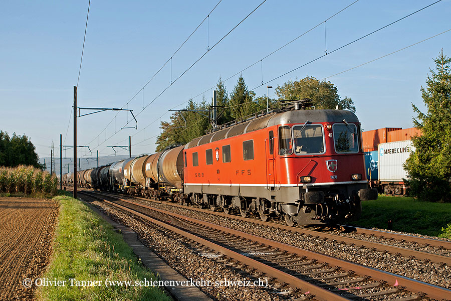 Re 6/6 11650 mit einem Oelzug