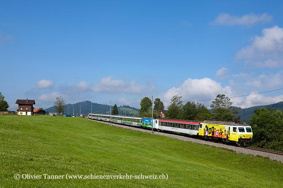 Re 446 017 ''login'' als Schublok mit dem Voralpen-Express Romanshorn – Luzern