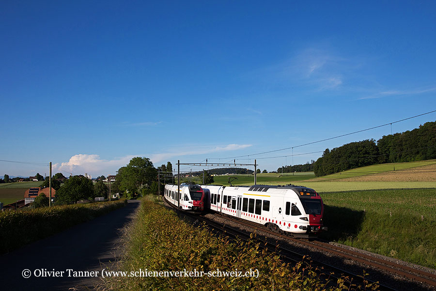 RABe 527 191 als RegioExpress Bern – Bulle kreuzt RABe 527 195 unter der formschönen Fahrleitung